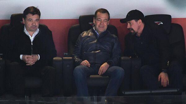 Председатель правительства РФ Дмитрий Медведев (в центре) и губернатор Московской области Андрей Воробьев (слева)