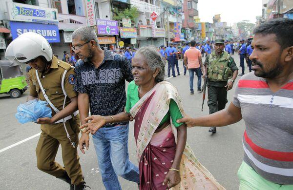 Женщина, пострадавшая в результате взрыва в церкви в Коломбо, Шри-Ланка