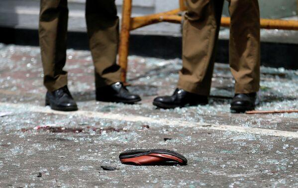 Обувь одной из жертв взрыва в церкви Святого Антония в Коломбо, Шри-Ланка. 21 апреля 2019