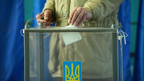 Избиратель во время голосования на одном из избирательных участков города Харькова в день второго тура выборов президента Украины