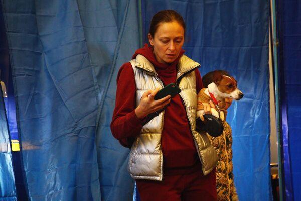 Женщина во время голосования на одном из избирательных участков города Харькова в день второго тура выборов президента Украины