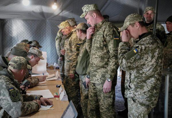 Украинские военнослужащие во время голосования на одном из избирательных участков в Донецкой области в день второго тура выборов президента Украины