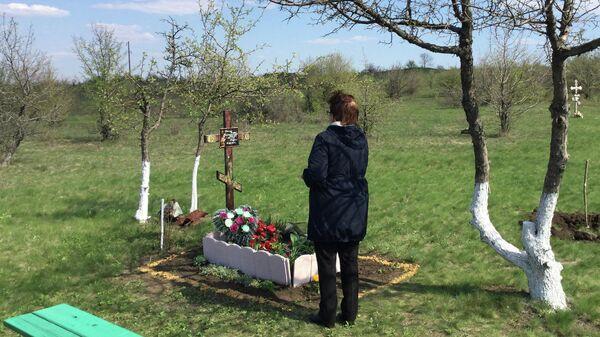 Мать Андрея Стенина на месте его гибели в Донбассе