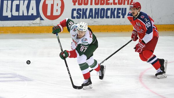 Игрок Ак Барса Алексей Потапов и игрок ЦСКА Богдан Киселеви