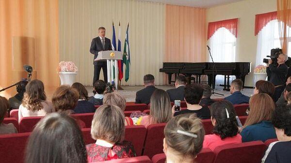 Врио главы Башкирии Радий Хабиров на церемонии вручения государственные награды жителям Сибая