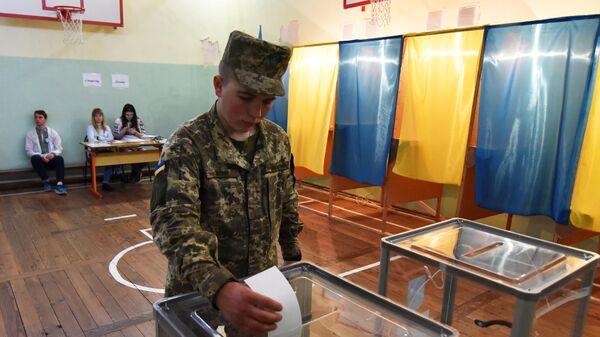Военнослужащий срочной службы во время голосования на одном из избирательных участков города Львова в день второго тура выборов президента Украины
