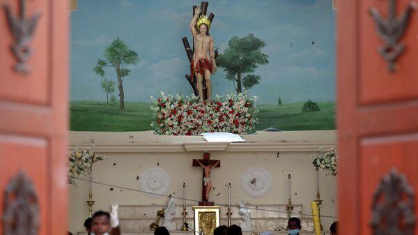 Полицейские на месте взрыва в католической церкви Святого Себастьяна в Негомбо, Шри-Ланка. 22 апреля 2019
