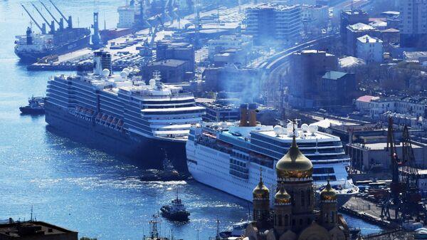 Круизные лайнеры Costa neoRomantica и Westerdam у причала морского вокзала Владивостока. 22 апреля 2019