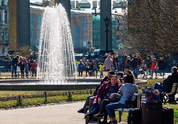 Горожане возле фонтана у Казанского собора в Санкт-Петербурге