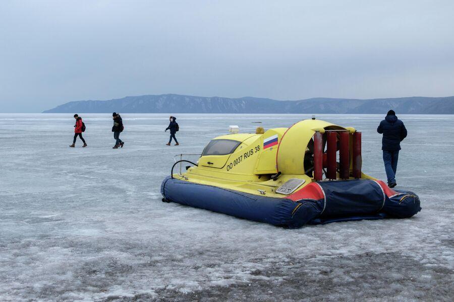 Поездка на судне на воздушной подушке  - одно из главный развлечений в Листвянке зимой