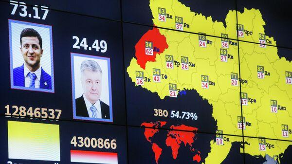 Монитор с информацией о предварительных результатах подсчета голосов второго тура президентских выборов на Украине