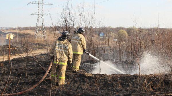 Сотрудники пожарной службы МЧС борются с последствиями пожаров в садоводческом товариществе Березка Кстовского района Нижегородской области, где сгорели 17 домов. 22 апреля 2019