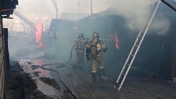 В Тюмени горят три жилых дома