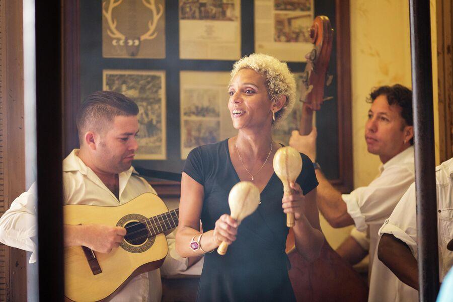 Девушка поет в баре в Гаване