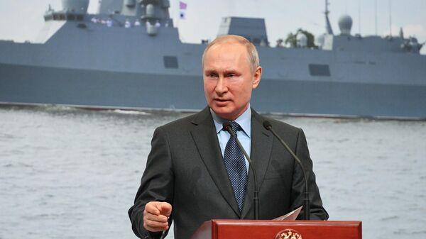 Президент РФ Владимир Путин во время посещения предприятия ПАО Судостроительный завод Северная верфь