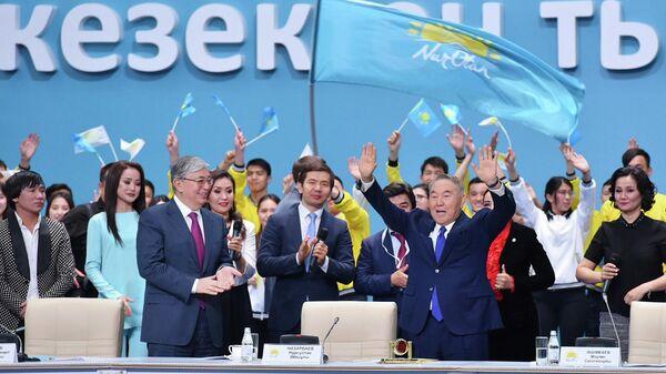 Экс-президент Казахстана Нурсултан Назарбаев и действующий президент Казахстана Касым-Жомарт Токаев на XIX внеочередном съезде партии Нур Отан
