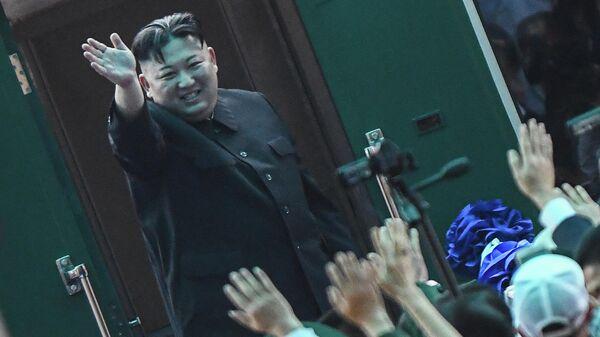 Лидер Северной Кореи Ким Чен Ын перед посадкой в поезд