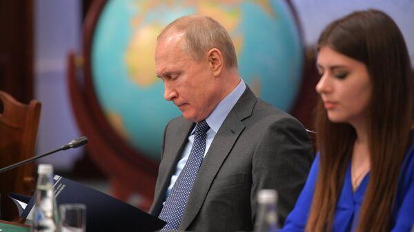 Президент РФ Владимир Путин на одиннадцатом заседании попечительского совета РГО в штаб-квартире Русского географического общества в Санкт-Петербурге. 23 апреля 2019