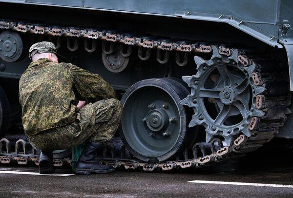 Подготовка военной техники, которую доставили в Москву с полигона Алабино, к участию в параде Победы на Красной площади 9 мая