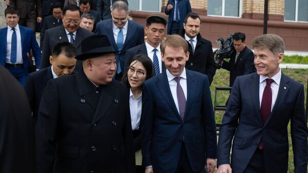 Лидер КНДР Ким Чен Ын и губернатор Приморского края Олег Кожемяко. Архивное фото