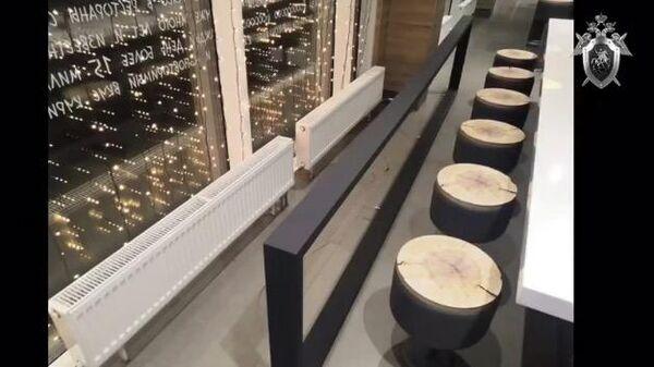 Падение декорации, висевшей на тонких тросах над одним из столов в Кафе в Екатеринбурге