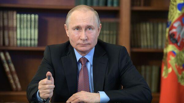 Президент РФ Владимир Путин участвует в режиме видеоконференцсвязи в церемонии официальной продукции завода по производству сжиженного природного газа Криогаз-Высоцк