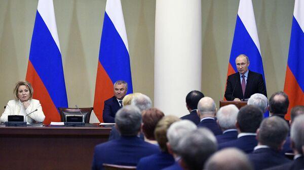 Президент РФ Владимир Путин выступает на встрече с членами Совета законодателей в Таврическом дворце Санкт-Петербурга. 24 апреля 2019