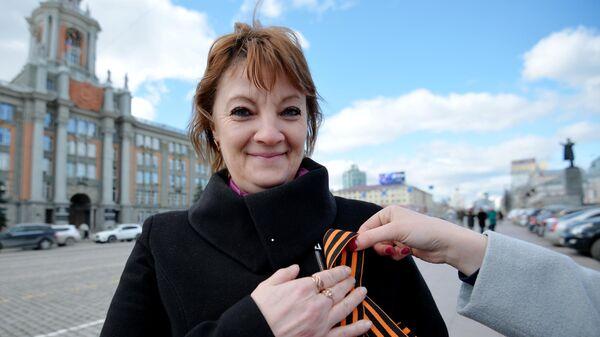 Волонтер раздает георгиевские ленточки в Екатеринбурге в рамках ежегодной акции Георгиевская ленточка