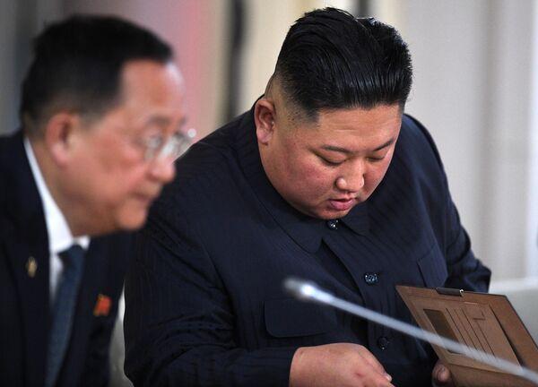 Председатель Госсовета Корейской Народно-Демократической Республики Ким Чен Ын (справа) во время российско-корейских переговоров в широком составе