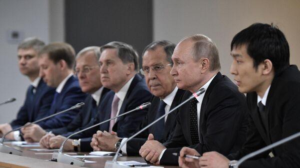 Президент РФ Владимир Путин во время российско-корейских переговоров в широком составе с председателем Госсовета Корейской Народно-Демократической Республики Ким Чен Ыном