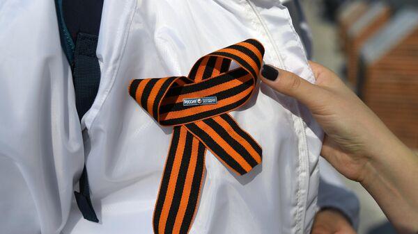 Георгиевская ленточка на куртке волонтера. В Москве стартовала ежегодная акция Георгиевская ленточка, посвященная 74-й годовщине Победы в Великой Отечественной войне