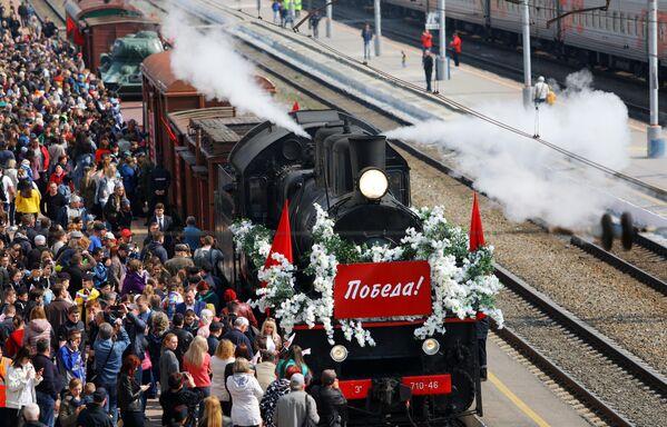 Жители Белгорода во время встречи Поезда Победы