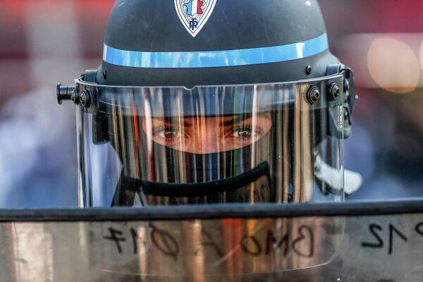 Сотрудница полиции во время акции протеста желтых жилетов в Париже