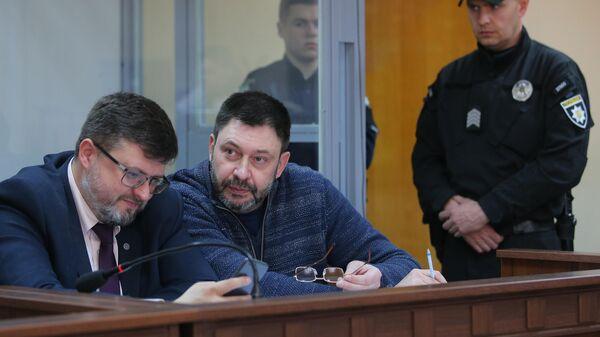 Руководитель портала РИА Новости Украина Кирилл Вышинский и адвокат Андрей Доманский на заседании Подольского районного суда Киева. 25 апреля 2019