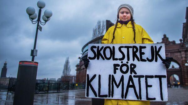 Шведская 15-летняя активистка Грета Тунберг во время одиночного пикета против изменения климата у здания парламента в Стокгольме