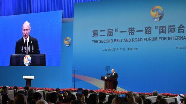 Владимир Путин выступает на церемонии открытия второго форума международного сотрудничества Один пояс - один путь в национальном Конгресс центре в Пекине. 25 апреля 2019