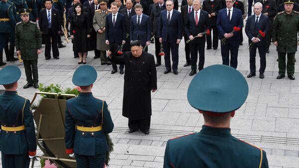 Лидер КНДР Ким Чен Ын на церемонии возложения цветов к мемориалу Подводная лодка С-56 во Владивостоке