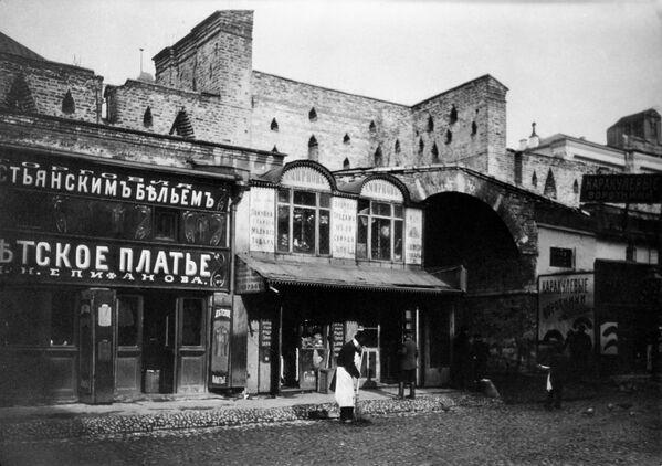 Старая Москва. Магазины в Китай городе. Конец XIX века. На заднем плане Китайгородская стена.