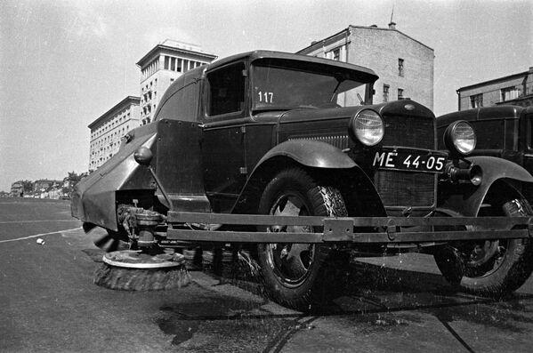 Работа поливально-уборочной машины ПУ-7 на шасси ГАЗ-ММ ранним утром на Садовом кольце. Москва, 1938 год