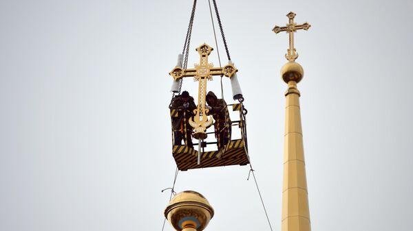 Установка крестов на купол Успенского собора в Екатеринбурге