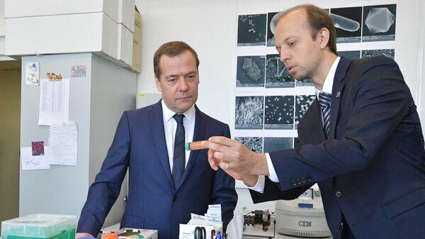 Председатель правительства РФ Дмитрий Медведев во время осмотра лаборатории нанобиотехнологий в ходе посещения МФТИ. 26 апреля 2019
