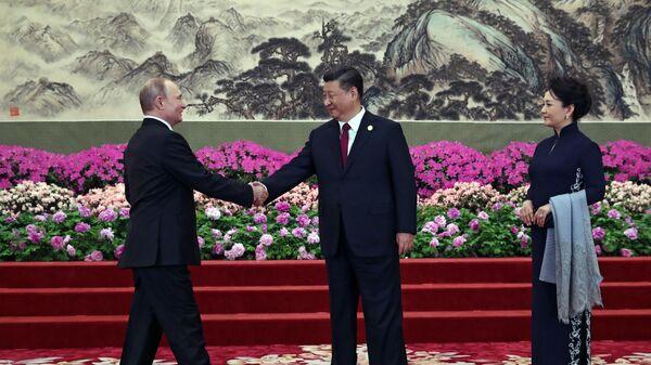 Президент РФ Владимир Путин и председатель Китайской народной республики (КНР) Си Цзиньпин с супругой Пэн Лиюань