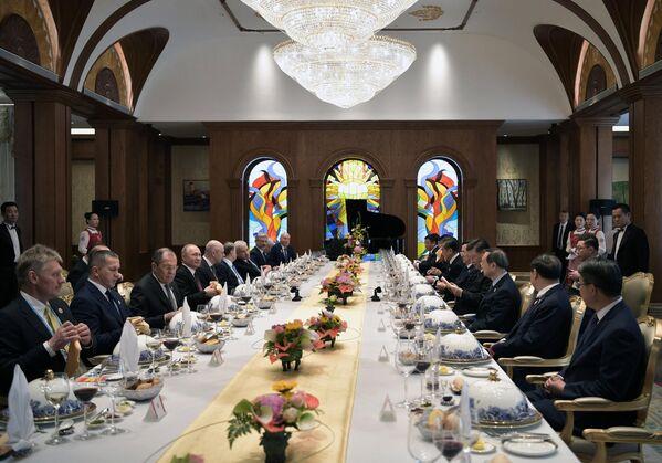 Президент РФ Владимир Путин и председатель Китайской народной республики (КНР) Си Цзиньпин во время рабочего завтрака в Пекине