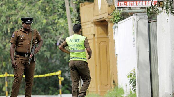 Полицейские Шри-Ланки рядом с местом взрыва на окраине Коломбо. 26 апреля 2019