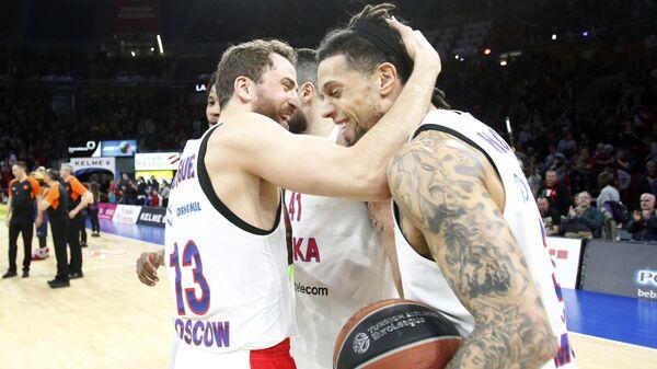 Баскетболисты ЦСКА радуются победе