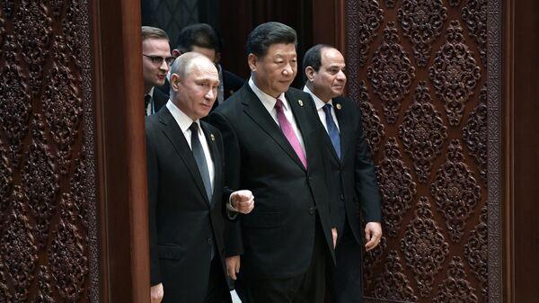 Президент РФ Владимир Путин и председатель КНР Си Цзиньпин на церемонии официальной встречи глав делегаций стран-участников второго форума международного сотрудничества Один пояс - один путь в Пекине