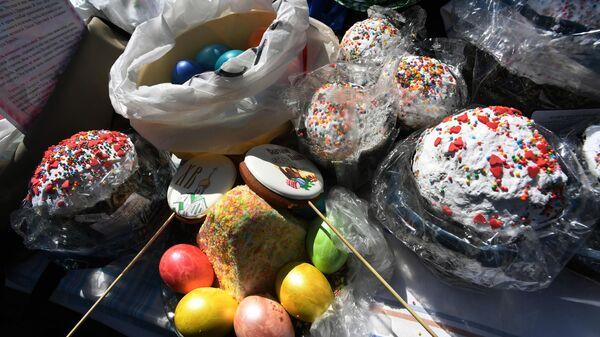 Пасхальные куличи, яйца и творожная пасха во время обряда освящения в Великую субботу