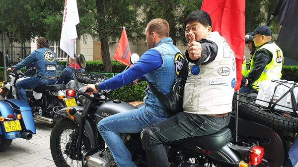Участники российско-китайского мотопробега Дорога дружбы в Пекине, приуроченного к 70-летию установления дипломатических отношений между двумя странами