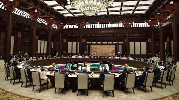 Главы делегаций стран-участников на первом заседании круглого стола форума международного сотрудничества Один пояс - один путь в международном конференц-центре Яньцику в Пекине. 27 апреля 2019