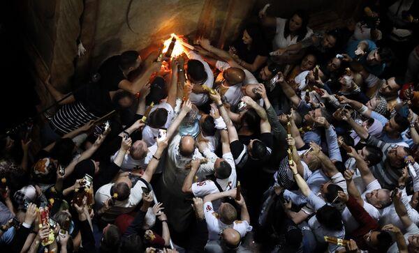 Верующие празднуют схождение Благодатного огня в храме Гроба Господня В Иерусалиме. 27 апреля 2019